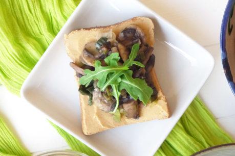 Toast de hummus, champiñones salteados y rúcula