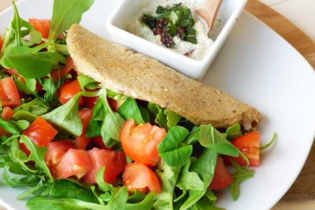 Creps de avena y verduras con salsa cremosa de anacardos y pepino