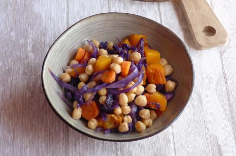 Ensalada templada de garbanzos, lombarda y zanahoria