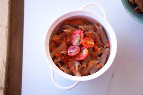 Macarrones saludables con tomate y bechamel vegana de coliflor